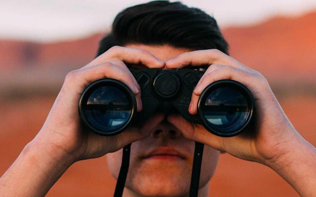 Taaltip: Op zoek of opzoek?
